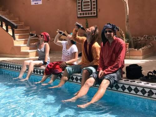 S coca colou v bazéne